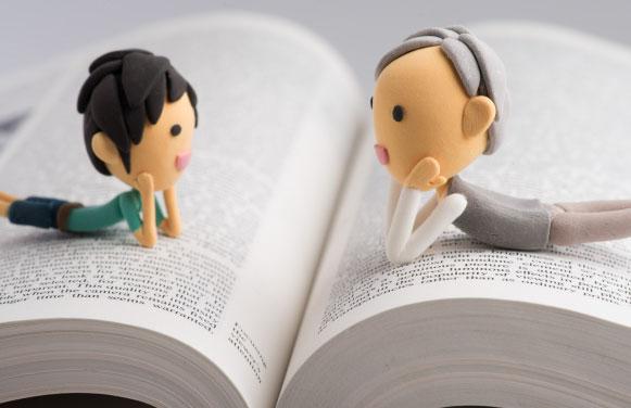 読書会で楽しく話している様子
